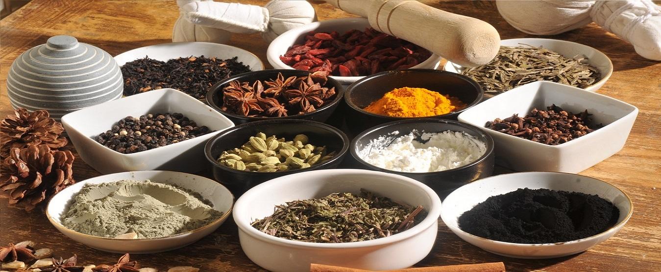 Les 6 saveurs ayurvédiques en épices: curcuma, cardamoine, clous de girofle, argile, farine blanche, entre autres.