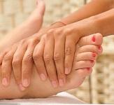 Réflexologie plantaire: massage sur la zone réflexe de la colonne vertébrale.