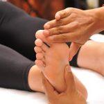 Massage de la zone réflexe du diaphragme sur le pied en réflexologie plantaire.