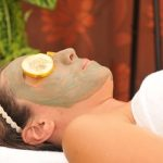 Masque ayurvédique fait d'argile verte. L'argile a des pouvoirs absorbants et adsorbants donc permet un nettoyage profond des toxines de la peau.