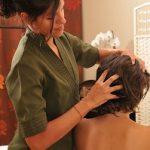 Massage ayurvédique du crâne, tête, cou, épaules et haut du dos. Ce massage s'appelle shiroabhyanga.