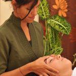 Facial ayurvédique fait avec des huiles propres au dosha prédominant de la personne. Ici les points marma sur le front sont massés.